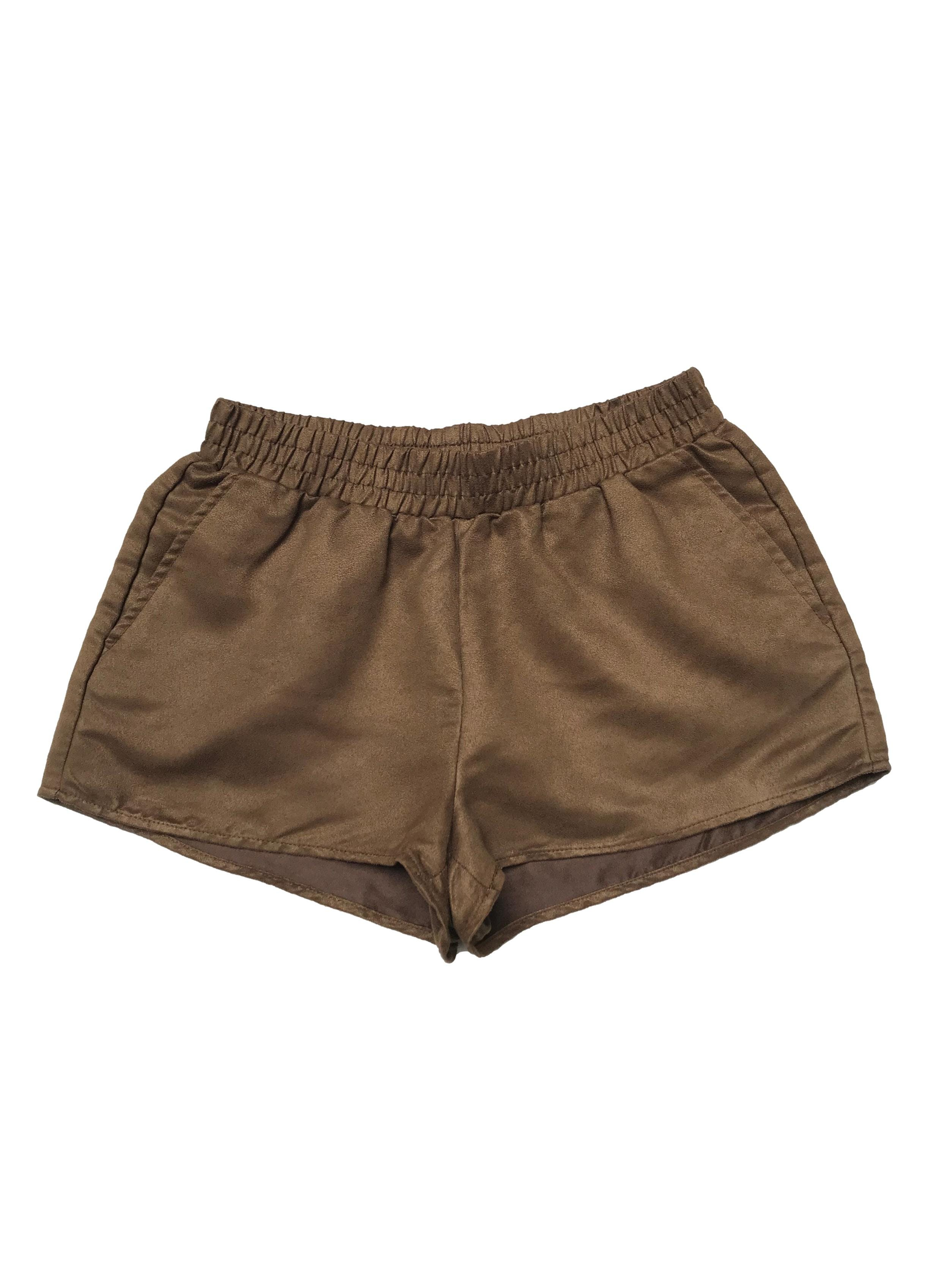 Short H&M textura piel de durazno verde olivo, con pretina elástica y bolsillos laterales. Pretina 66cm sin estirar Largo 28cm