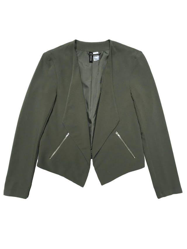 Blazer H&M verde, forrado, con basta asimétrica y bolsillos laterales. Busto 90cm Largo 43 - 57cm foto 1