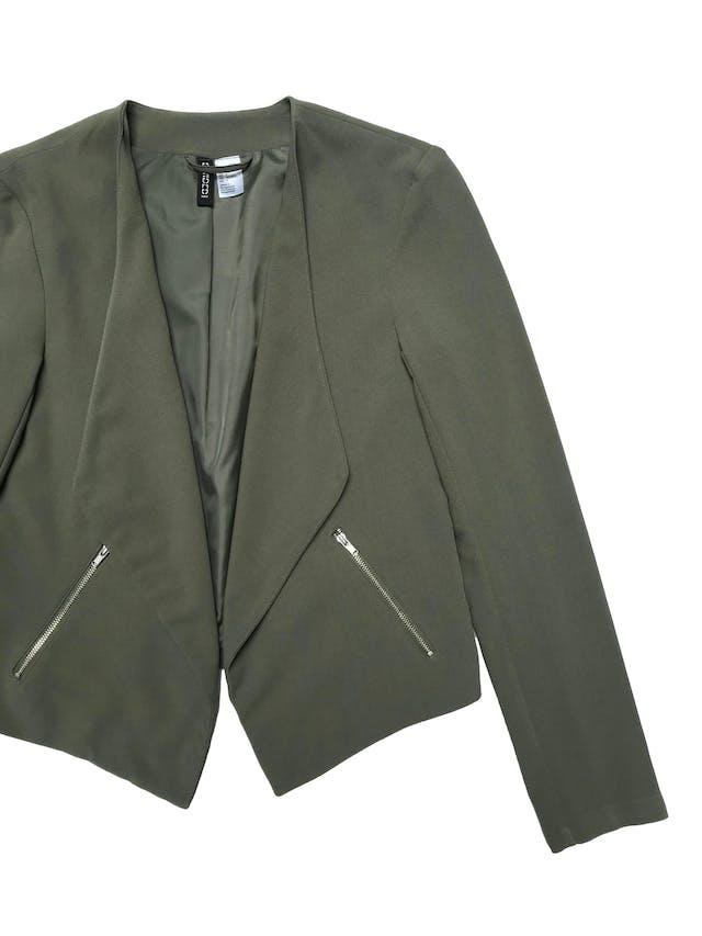 Blazer H&M verde, forrado, con basta asimétrica y bolsillos laterales. Busto 90cm Largo 43 - 57cm foto 2