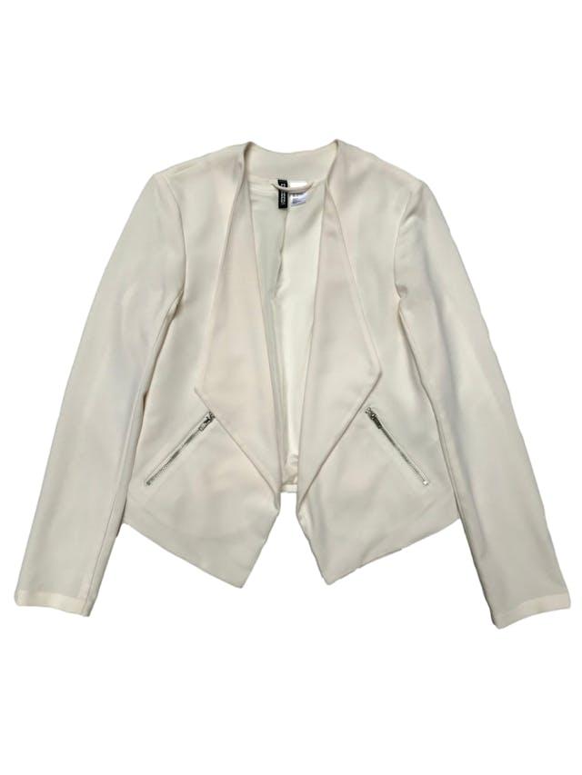 Blazer H&M  crema, forrado, con basta asimétrica y bolsillos laterales. Busto 85cm Largo 43 - 57cm foto 1
