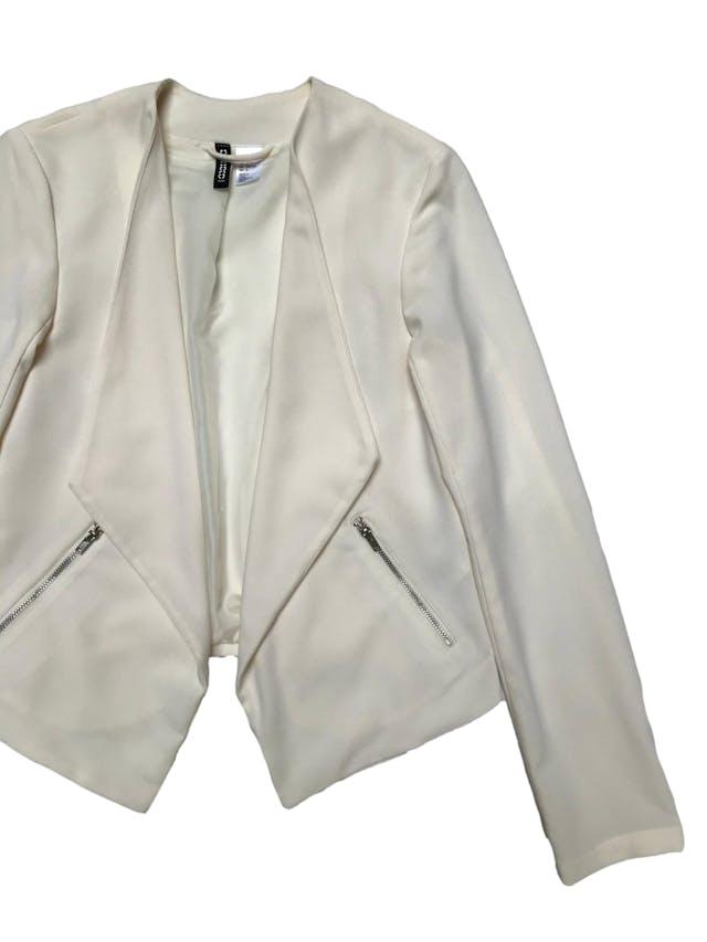 Blazer H&M  crema, forrado, con basta asimétrica y bolsillos laterales. Busto 85cm Largo 43 - 57cm foto 2