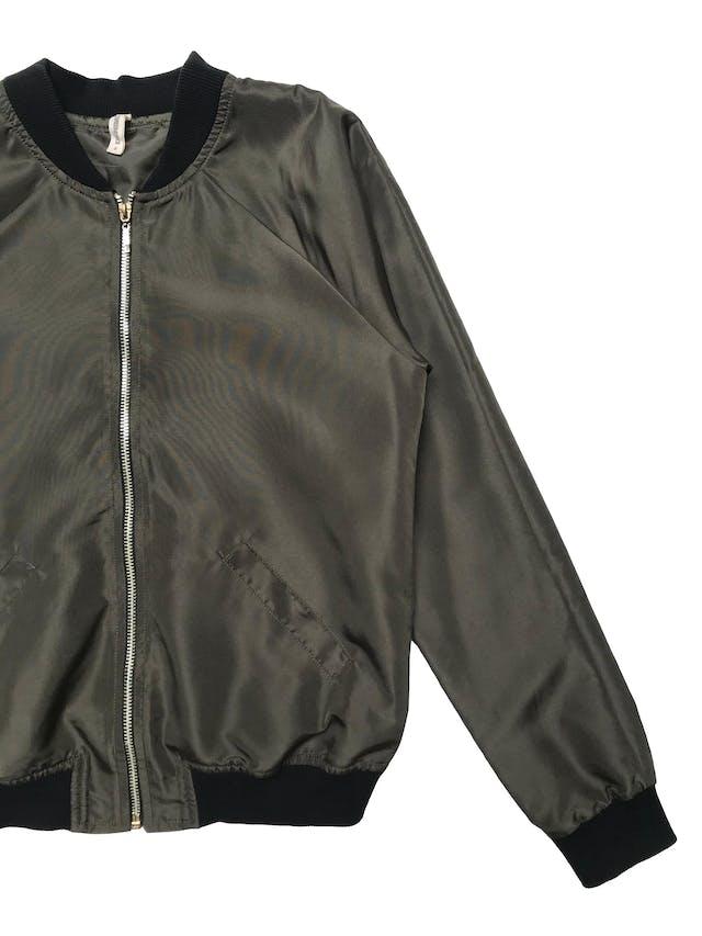 Bomber jacket Denimlab verde olivo con pretinas negras, forrada, con cierre delantero y bolsillos laterales. Busto 94cm Largo 54cm foto 2