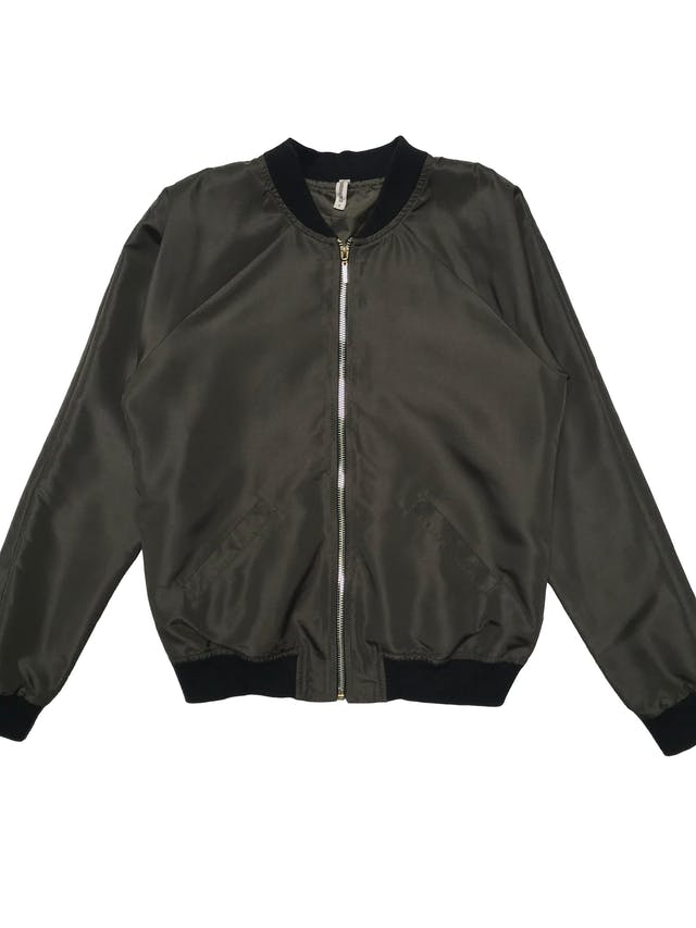 Bomber jacket Denimlab verde olivo con pretinas negras, forrada, con cierre delantero y bolsillos laterales. Busto 94cm Largo 54cm foto 1