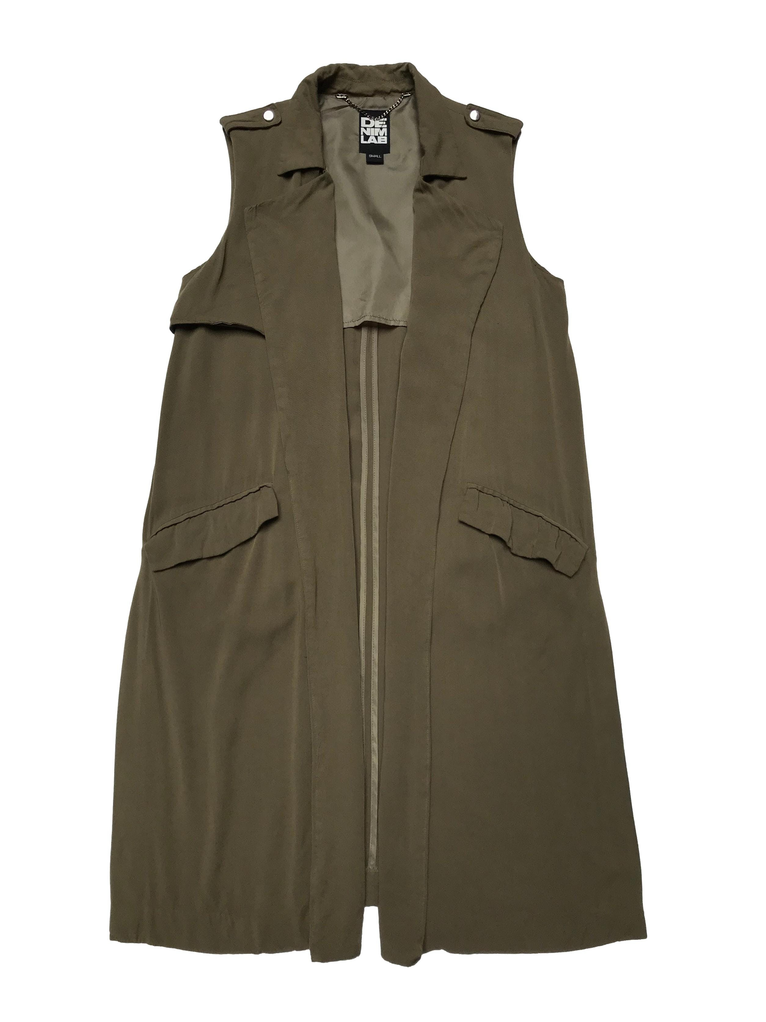 Chaleco largo verde olivo, 100% viscosa, bolsillos laterales, modelo abierto con aberturas en la basta. Largo 95cm