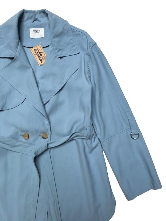 Chaqueta estilo trench Sybilla baby blue de viscosa tipo drill, modelo cruzado con dos botones, cinto para amarrar y largo de mangas regulable. Busto 112 Largo 70cm foto 2