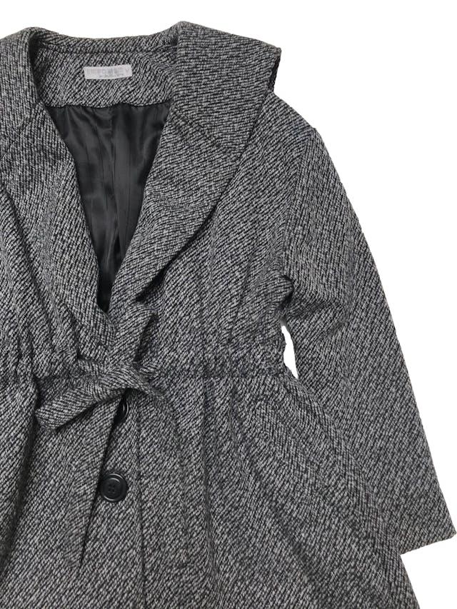 Abrigo oversize Emporium en tonos grises, forrado, amplio con cinto para recoger la cintura, y tiene bolsillos laterales. Lindo. Ancho 130cm Largo 74cm foto 2