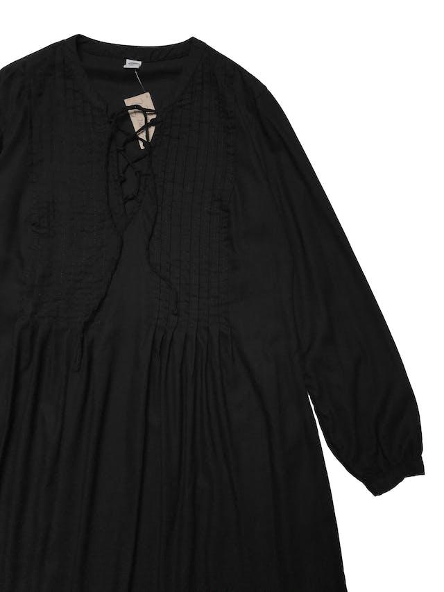 Vestido Old Navy de algodón y rayón negro, corte oversize, pliegues en parte superior y pasador cruzado en el  pecho. Busto 100cm Largo 85cm. Precio original S/ 169 foto 3