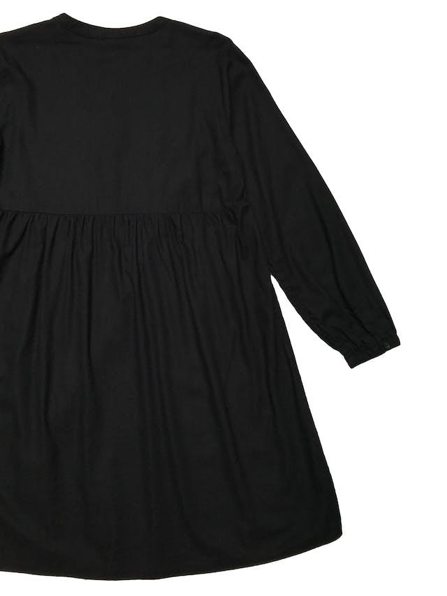 Vestido Old Navy de algodón y rayón negro, corte oversize, pliegues en parte superior y pasador cruzado en el  pecho. Busto 100cm Largo 85cm. Precio original S/ 169 foto 2