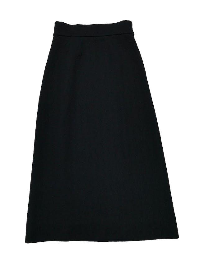 Falda larga vintage negra de tela estructurada con textura de rosas, tiene cierre lateral. Cintura 74cm Largo 95cm foto 1