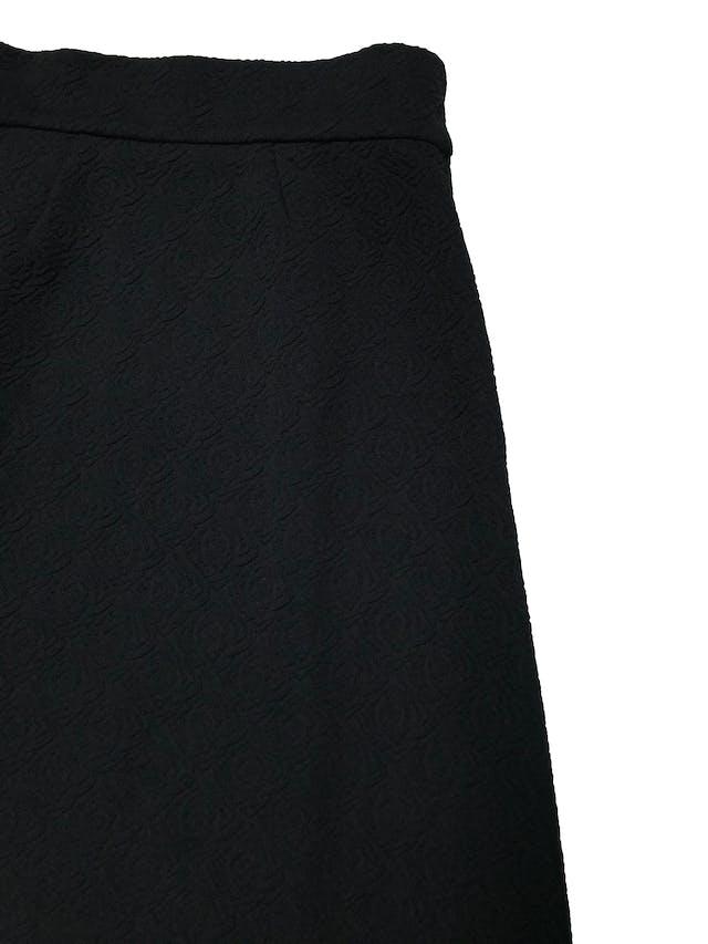 Falda larga vintage negra de tela estructurada con textura de rosas, tiene cierre lateral. Cintura 74cm Largo 95cm foto 2