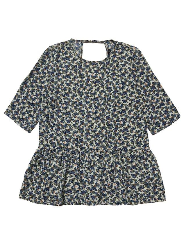 Blusa Zara de tela plana crema con print de flores azules, volante en la basta y escote gota en la espalda. Busto 96cm Largo 65cm foto 1