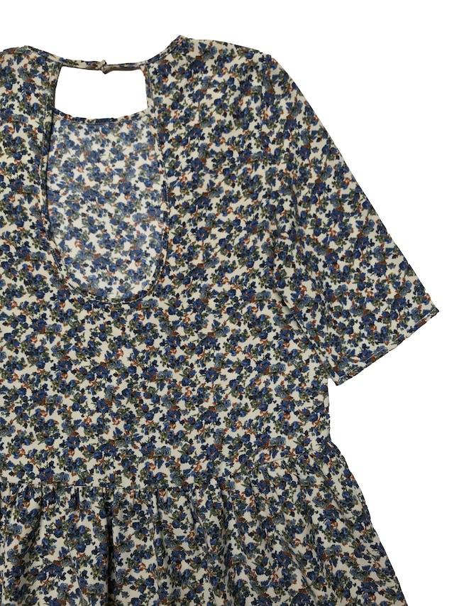 Blusa Zara de tela plana crema con print de flores azules, volante en la basta y escote gota en la espalda. Busto 96cm Largo 65cm foto 2