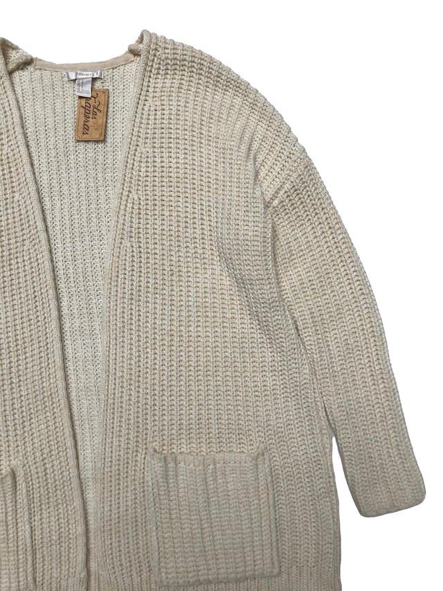Cardigan oversize Forever21 de tejido grueso crema, modelo abierto con bolsillos en la basta. Largo 75cm. Precio original S/ 170 foto 2