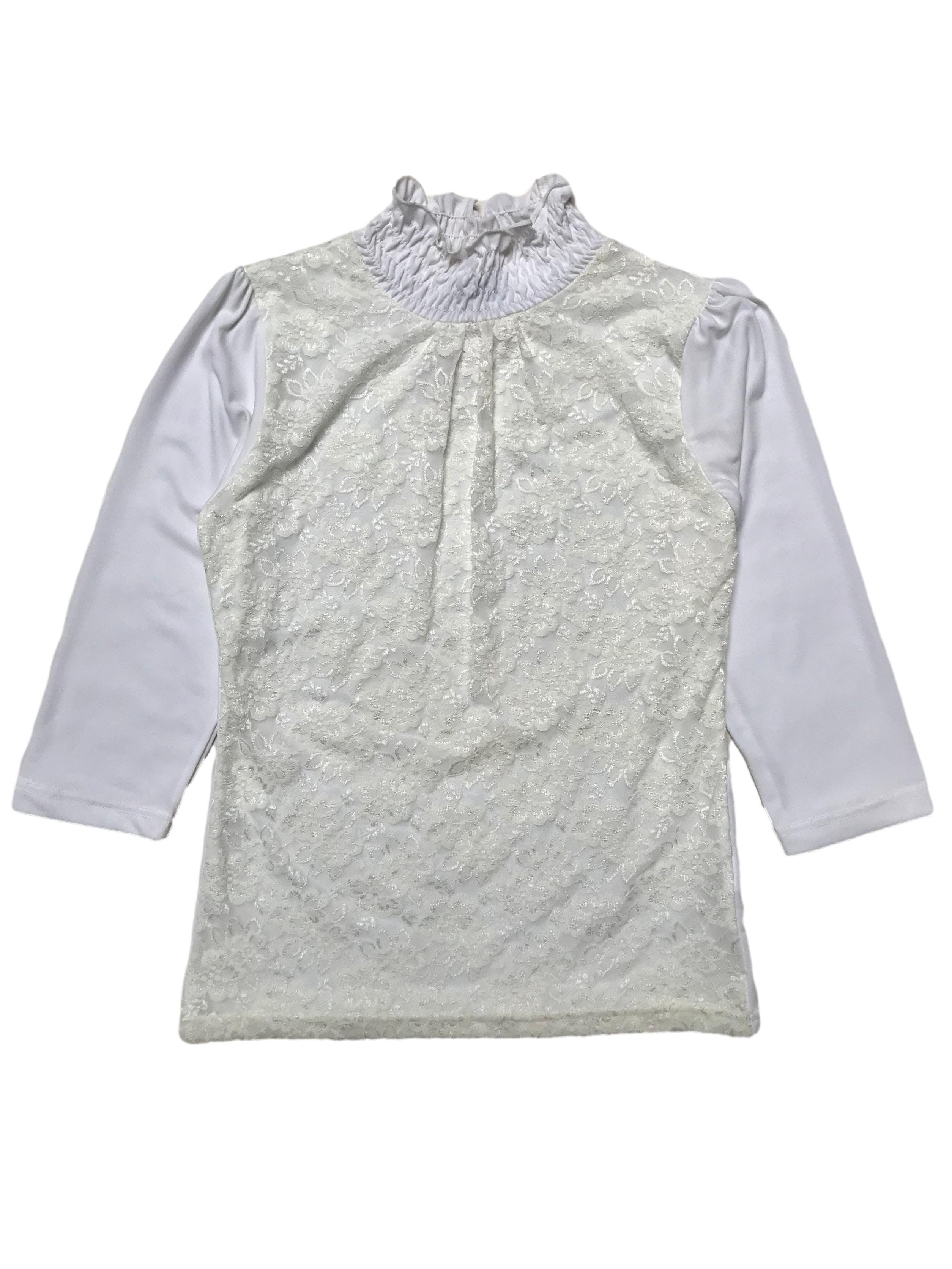 Blusa de lycra crema con delantero de encaje forrado, cuello alto y manga 3/4. Largo 55cm