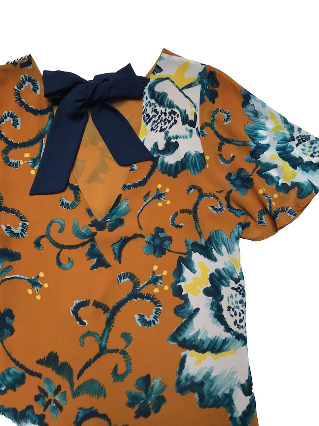 Blusa H&M de gasa forrada, escote pico y lazo azul en la espalda, mangas volante. Busto 94cm Largo 55-65cm foto 2