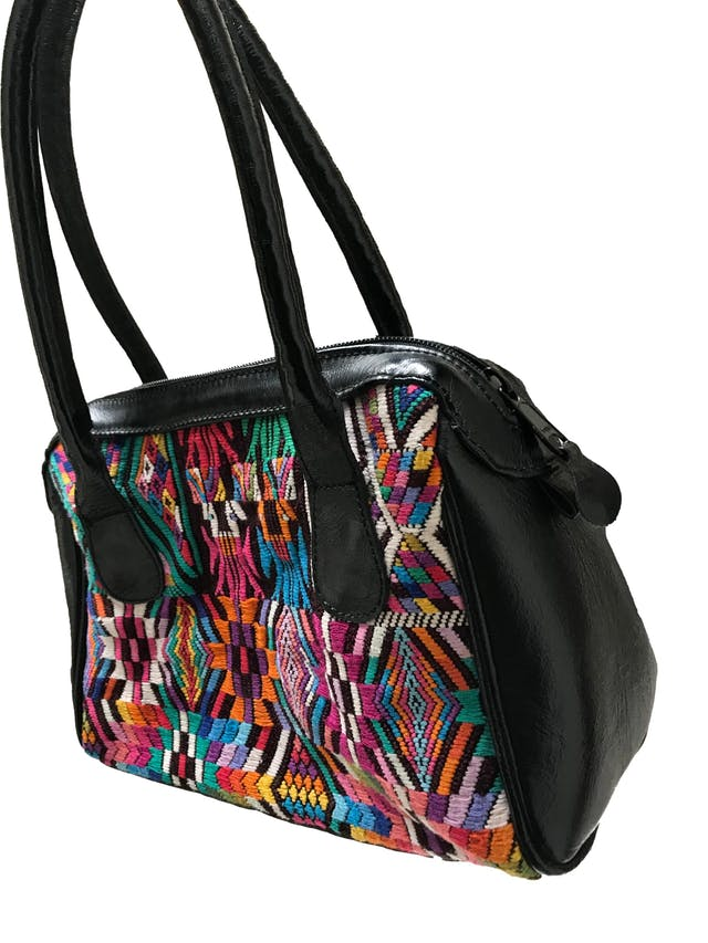 Cartera artesanía de telar guatemalteco y cuero, compartimento con cierre, forrado. Medidas sin asas: 27x18x9cm foto 2