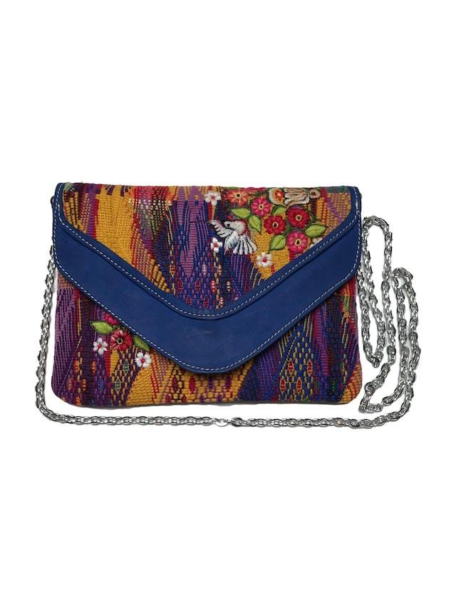 Cartera artesanía de tela guatemalteco, estilo sobre con interior forrado, cierra con broche, tiene asa larga de cadena removible. Medidas: 24x18cm foto 1