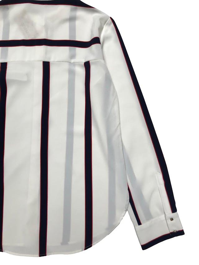 Blusa Zara de tela plana tipo gasa gruesa crema con franjas, botones metálicos delanteros y en puños. Busto 90cm Largo 60-65cm. Precio origianl S/ 139 foto 2