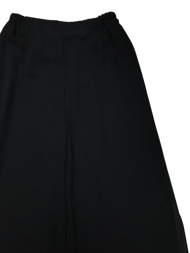 Pantalón Adriana Papell palazzo con capas delanteras y traseras, tela tipo gasa gruesa. tiene pretina elástica. Largo 102cm. Precio original S/ 450 foto 3