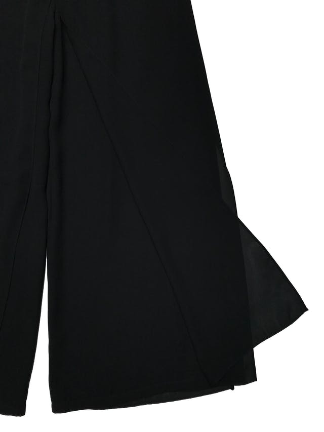 Pantalón Adriana Papell palazzo con capas delanteras y traseras, tela tipo gasa gruesa. tiene pretina elástica. Largo 102cm. Precio original S/ 450 foto 2