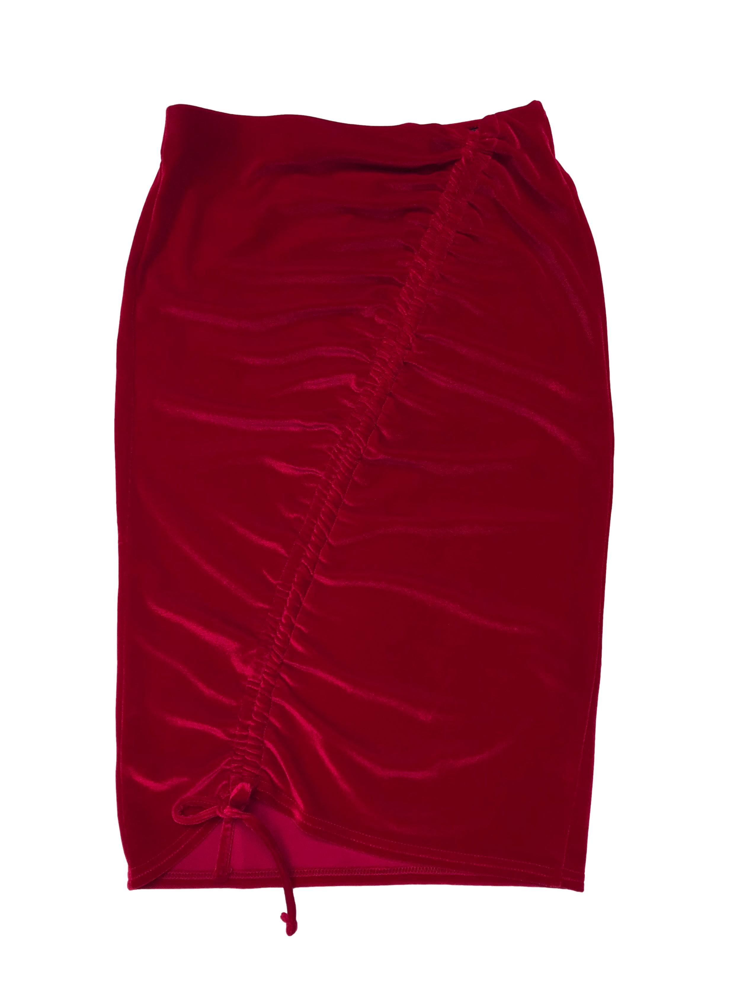 Falda midi Miss Selfridge de terciopelo rojo con drapeado diagonal con largo regulable. Cintura 75cm sin estirar Largo 68cm. Precio original S/ 189