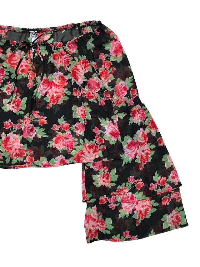 Blusa Free Press de gasa negra con pront de flores, corte oversize, ancho de cuello regulables y mangas con volantes. Ancho 114 Largo 47cm foto 2