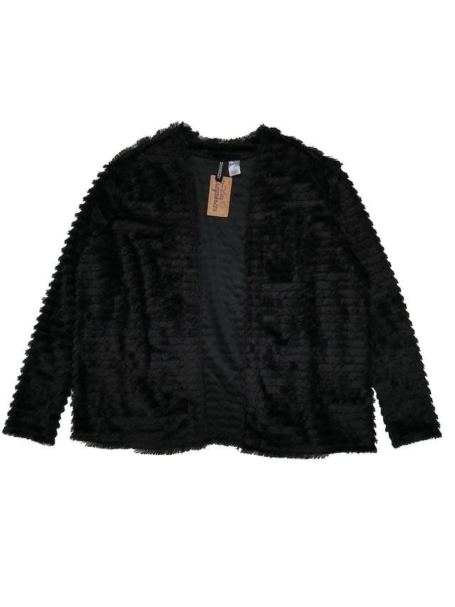 Capa H&M negra de flecos en capas, modelo abierto. Busto 120cm Largo 55cm foto 1