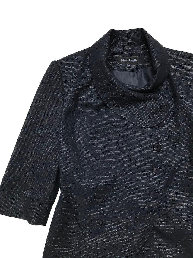 Saco azul con hilos platinados, forrado, mangas 3/4, cierra con cruzado lateral. Busto 98cm Largo 55cm foto 2