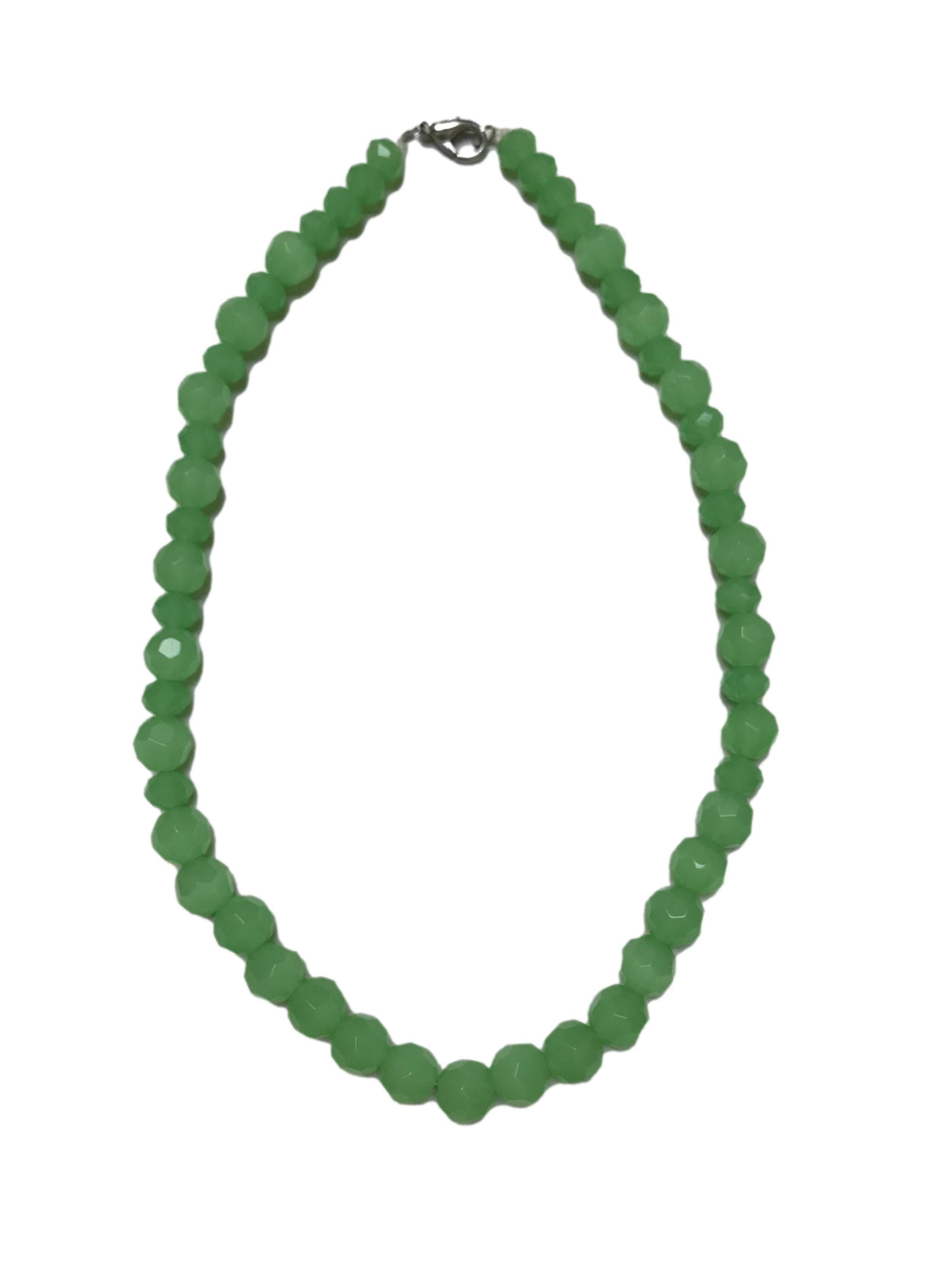 Collar con cuentas de murano verde facetado en dos tamaños. Largo 52cm