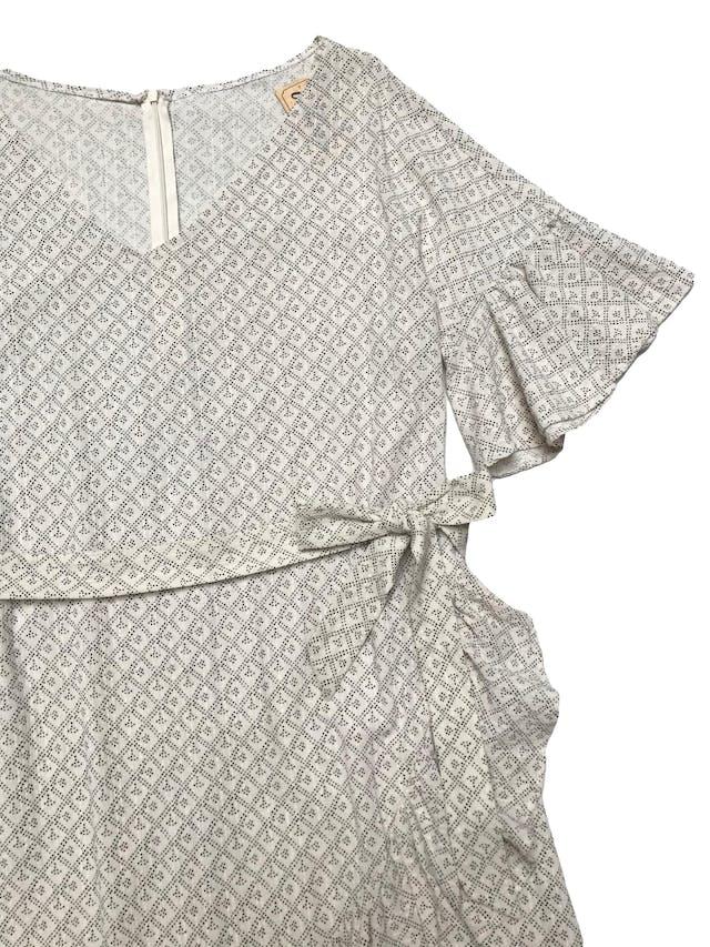 Vestido de algodón beige con mini print negro, con volantes en las mangas y falda , tiene cinto para amarrar. Busto 110cm Largo 93cm foto 2