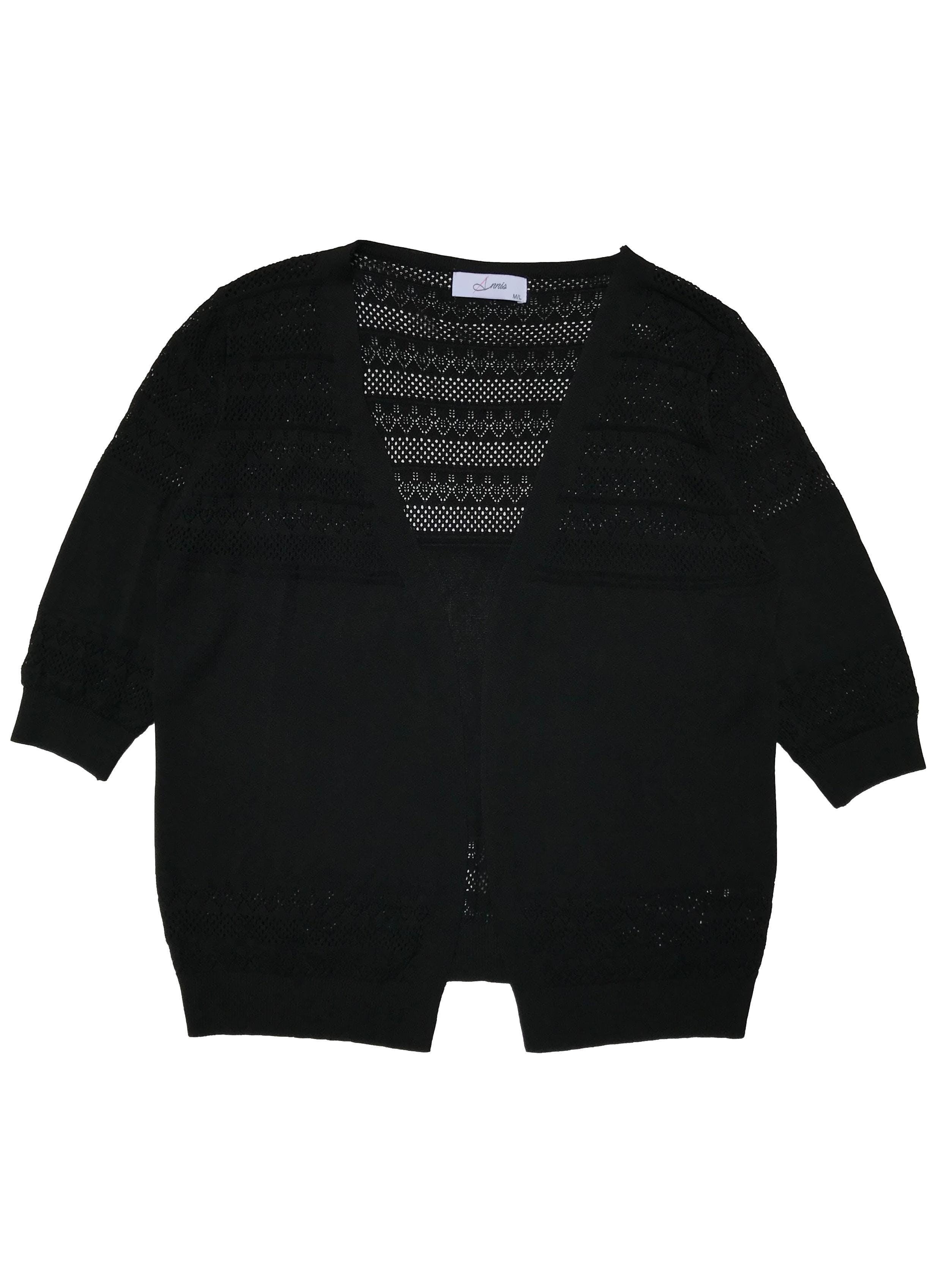 Cardigan de hilo negro con detalles calados, manga 3/4, modelo abierto. Largo 60cm