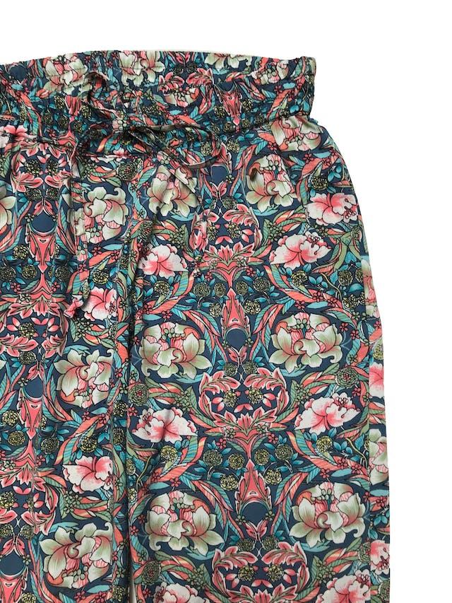 Pantalón Tatienne de tela plana fluida con pritn floral, pretina elástica y regulables con pasador, estilo jogger, tiene bolsillos laterales y aberturas laterales en la basta. Largo 98cm foto 2