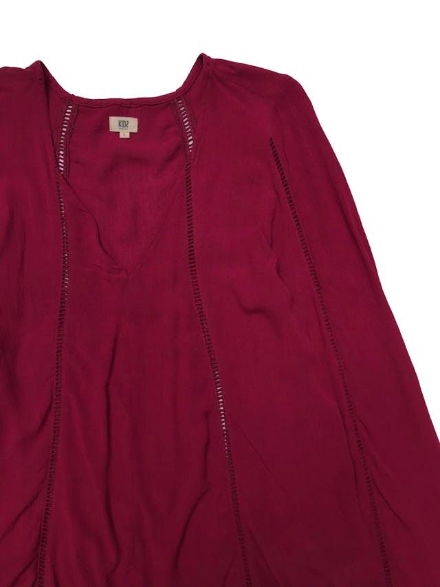 Blusa Kidsmadehere estilo boho, de viscosa guinda con detalles calados, escote en V y manga larga campana. Busto 108cm Largo 60cm foto 2