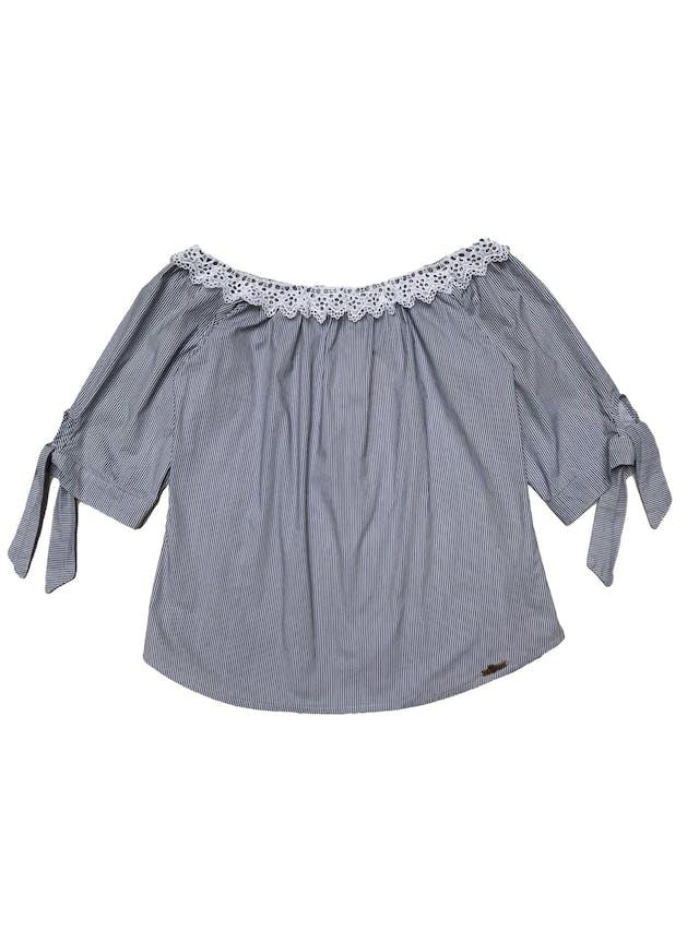 Blusa Soda de algodón camisa, a rayas blanco y azul, off shoulder con guipur blanco y manga 3/4 con lacito. Busto 95cm Largo 48cm. Nueva. foto 1