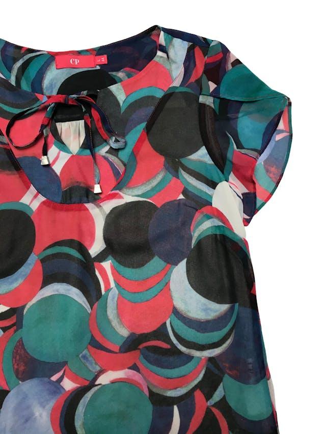 Blusa CP de gasa multicolor, forro de mesh, se amarra en el cuello. Busto 110cm Largo 62cm. Precio original S/ 179 foto 2