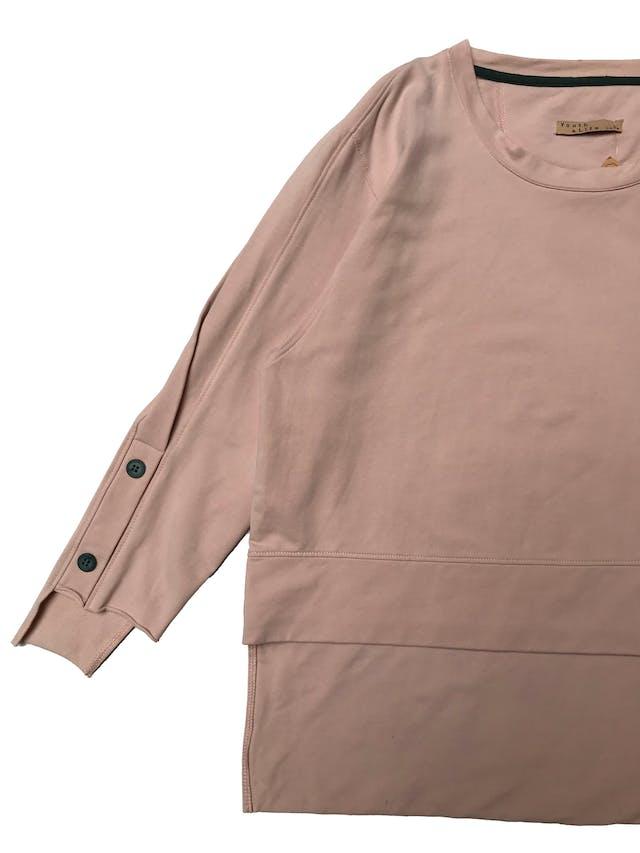 Polera palo rosa oversize, aberturas en las mangas y basta asimétrica. Busto 110cm Largo 49 - 64cm foto 2