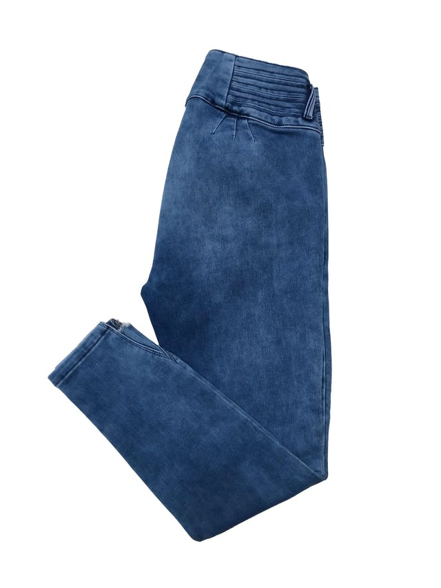Pantalón jean pitillo stretch, pretina ancha, bolsillos laterales y detalle crop en la basta. Cintura 70cm sin estirar Largo 87cm. En etiqueta es 30 foto 2