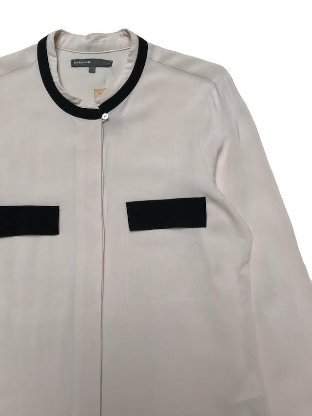 Blusa Basement beige con ribetes negros, fila de botones delanteros con tela recubierta. Busto 95cm Largo 62cm foto 2