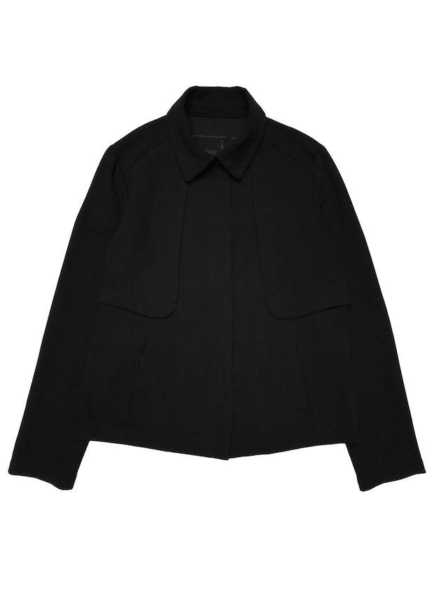 Casaca Malabar negra con textura, tiene cierre delantero, aplicaciones estilo capa en hombros y bolsillos laterales. Busto 96cm Largo 52cm  foto 1