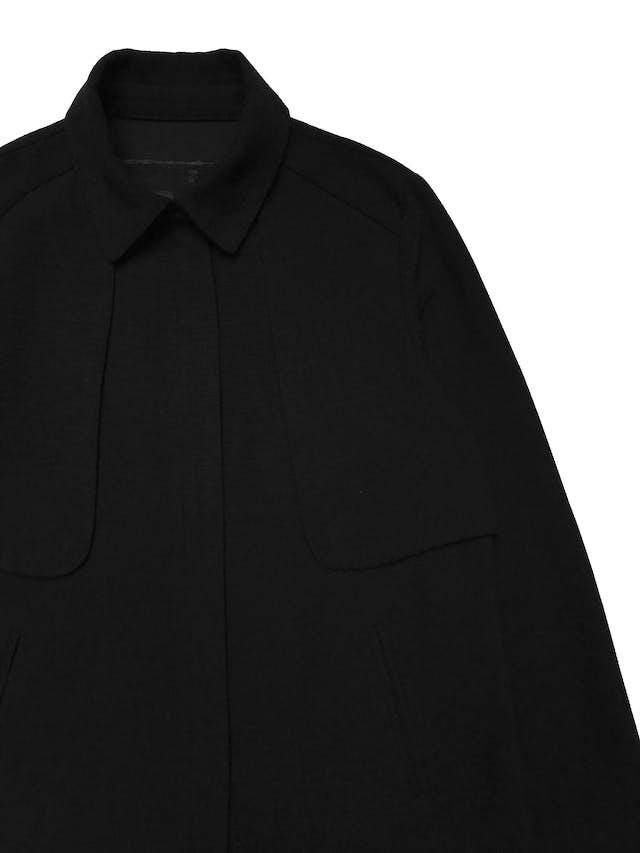 Casaca Malabar negra con textura, tiene cierre delantero, aplicaciones estilo capa en hombros y bolsillos laterales. Busto 96cm Largo 52cm  foto 2