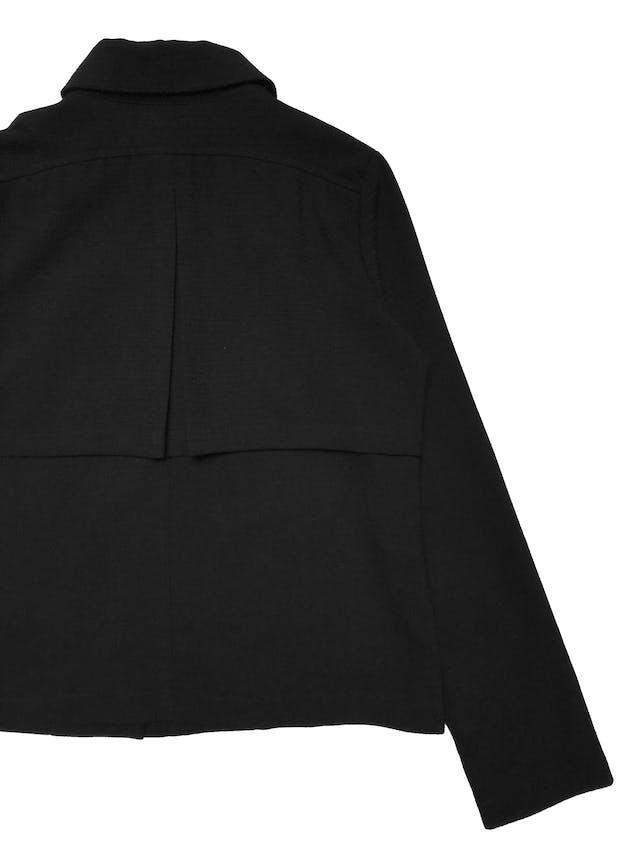 Casaca Malabar negra con textura, tiene cierre delantero, aplicaciones estilo capa en hombros y bolsillos laterales. Busto 96cm Largo 52cm  foto 3