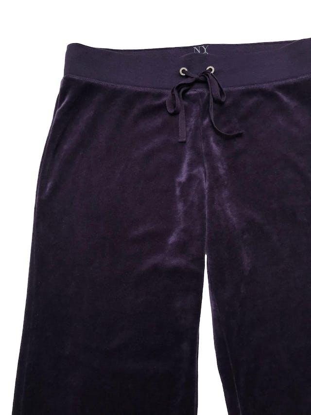 Buzo pantalón  NY&C de plush morado, tiro medio, pierna recta, pretina elástica y pasador para regular. Pretina 82cm Largo 105cm. ¡Icónico de los 00´s! Nuevo con etiqueta. foto 2