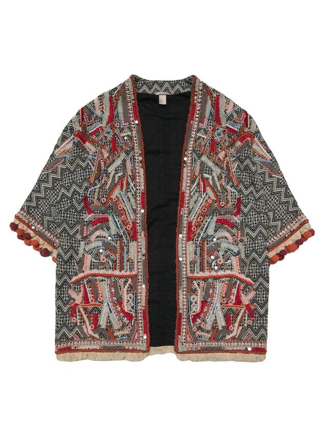 Abrigo oversize H&M estilo boho, con aplicaciones de mostacillas y bordados, flecos y borlas en basta y puños, es manga 3/4. forrado. Estado 9/10. Ancho 110cm Largo 78cm foto 1