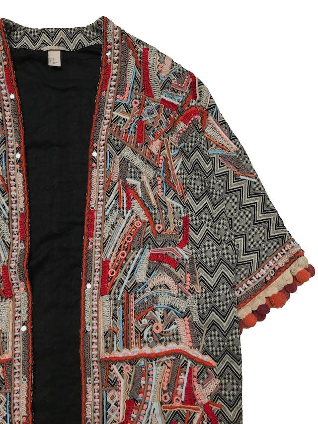 Abrigo oversize H&M estilo boho, con aplicaciones de mostacillas y bordados, flecos y borlas en basta y puños, es manga 3/4. forrado. Estado 9/10. Ancho 110cm Largo 78cm foto 3