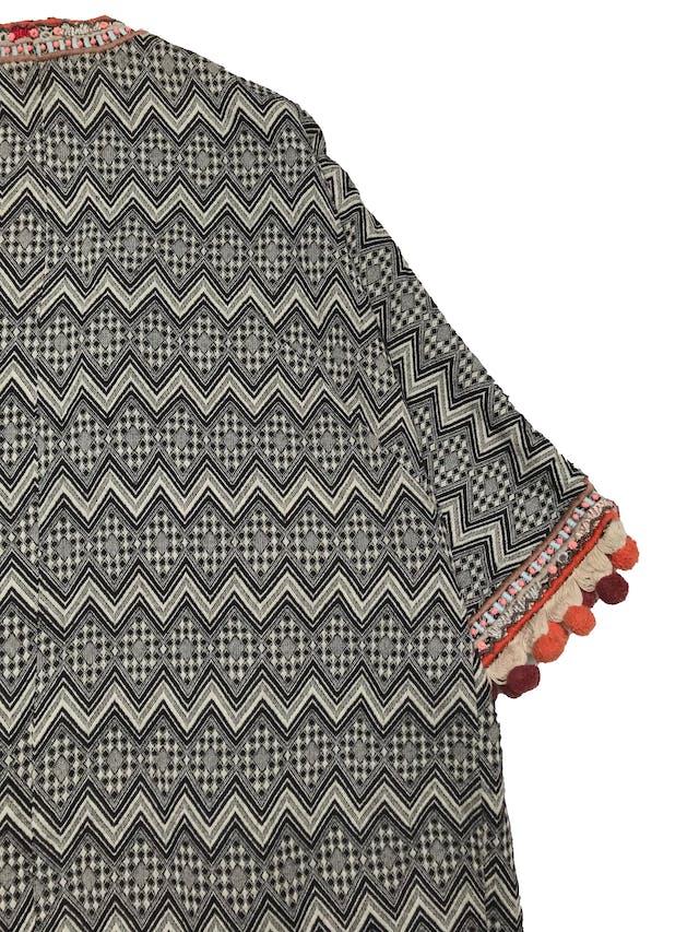 Abrigo oversize H&M estilo boho, con aplicaciones de mostacillas y bordados, flecos y borlas en basta y puños, es manga 3/4. forrado. Estado 9/10. Ancho 110cm Largo 78cm foto 2