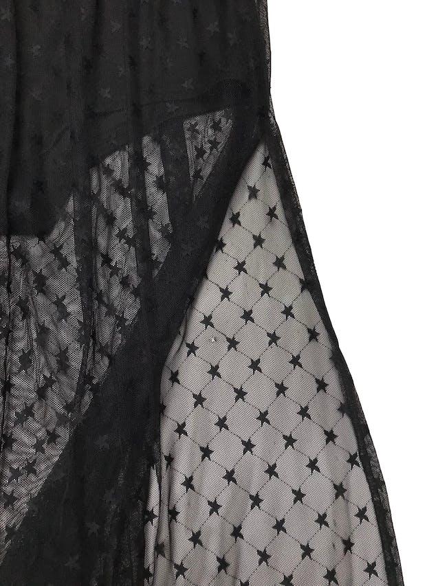 Vestido largo Forever21 de mesh negro con estrellas, cuello halter, forro short stretch y aberturas laterales en la falda. Tiene un huequito de 0.5cm en la pierna que pasa desapercibido (ver foto 3). Largo desde cintura 105cm foto 3