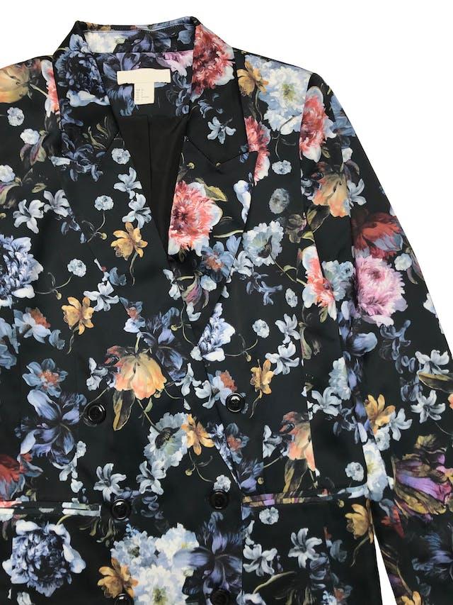 Blazer H&M de tela satinada estampada de flores, modelo cruzado, tiene forro. Busto 94cm Largo 65cm. Tiene algunos jaladitos que no afectan el uso. foto 2