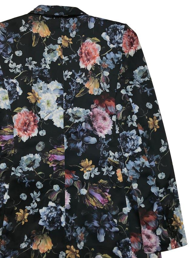 Blazer H&M de tela satinada estampada de flores, modelo cruzado, tiene forro. Busto 94cm Largo 65cm. Tiene algunos jaladitos que no afectan el uso. foto 3