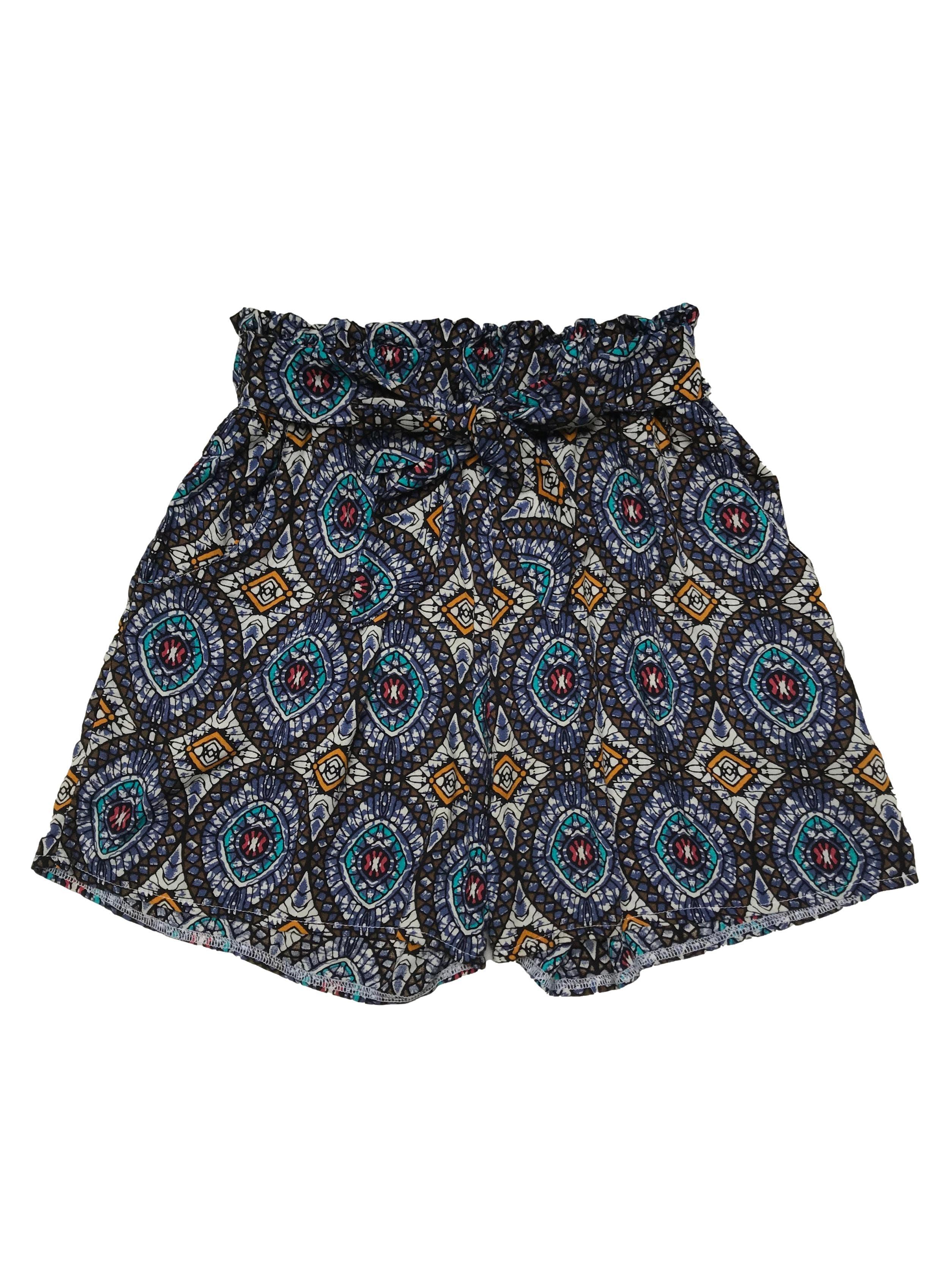 Short de chalis a la cintura, con print barroco, pretina elástica, cinto para amarrar y bolsillos laterales. Largo 38cm