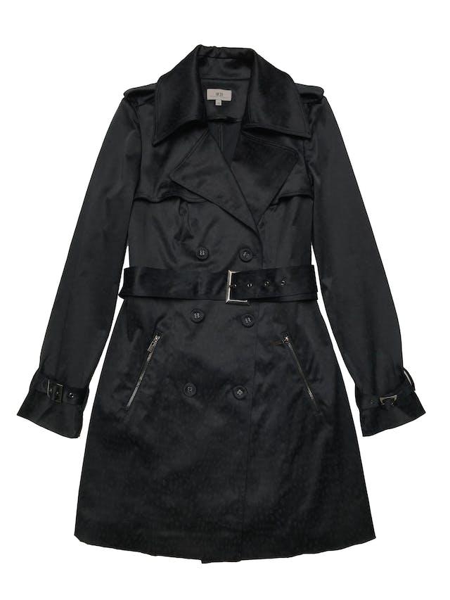 Trench coat Mentha&chocolate animal print negro y azul con efecto encerado, bolsillos con cierre laterales y correa en puños y cintura. Busto 98cm Largo 82cm. Precio original S/ 349 foto 1